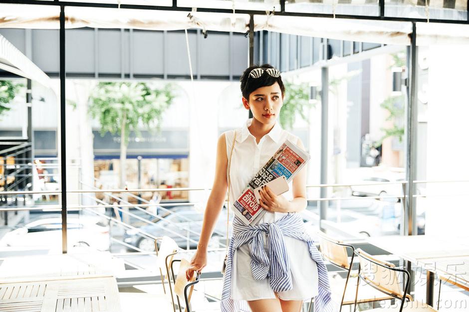 李晓峰街拍娇美可人 镜头前散发十足魅力