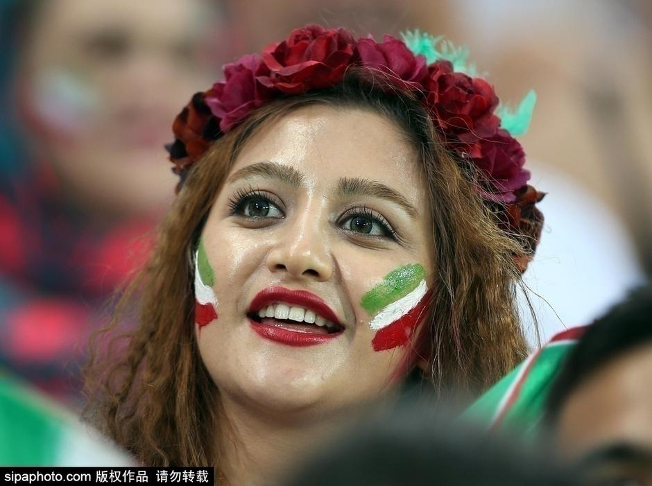 高清图:美女观战伊朗剪手 球迷怪异发型抢镜