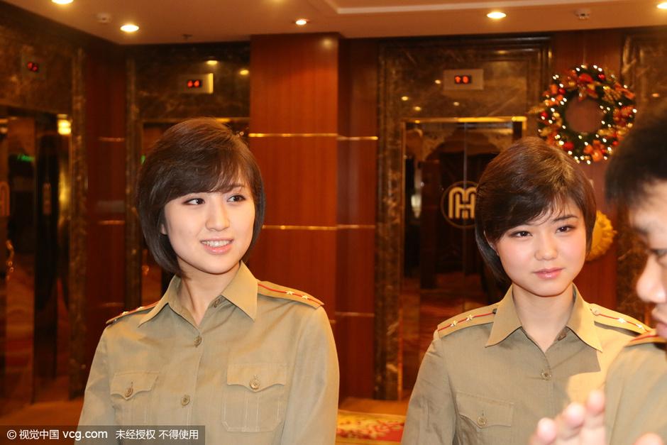 朝鲜美女陪睡觉_朝鲜牡丹峰乐团抵达北京 美女如云8176064-新闻图片库-大视野-搜狐