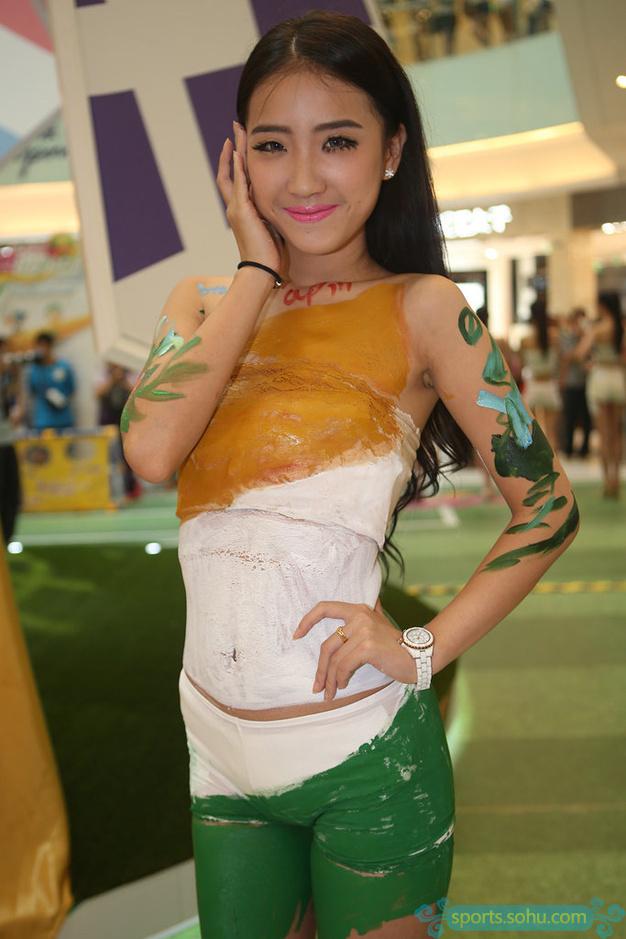 记者直击:美女球迷变身彩绘女郎
