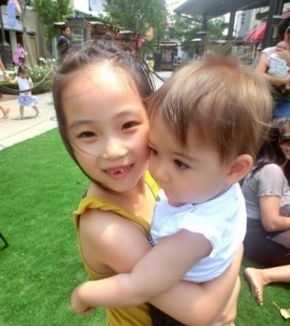 高晓松女儿可爱 老婆比基尼美艳 高晓松女儿抱小孩