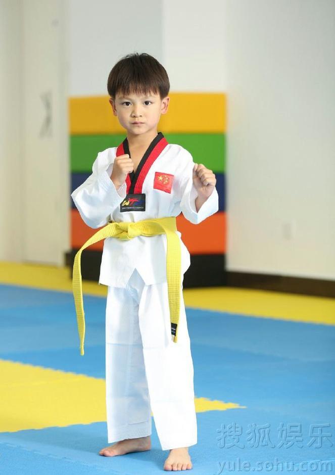 风一样的男子!小亮仔和老爸田亮练跆拳道-娱乐