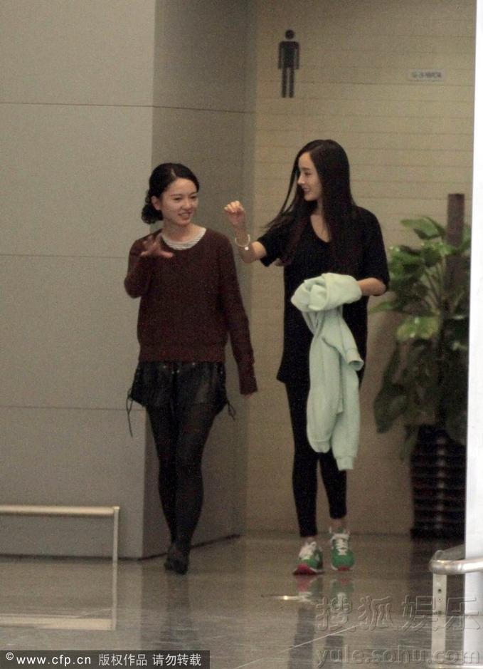 杨幂与女友人走错厕所故作镇定见偷拍瞬间变脸