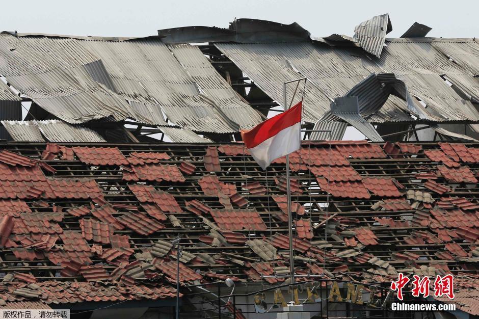 爆炸产生的弹片以及木头和玻璃碎片造成了人员受伤.
