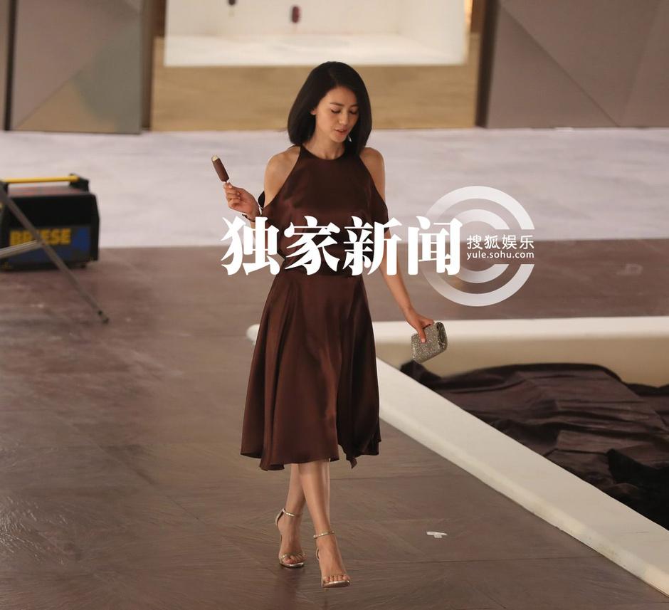 独家:丝滑美女+广告!高圆阅性感一秒变女神长裙胸大图雪糕图片