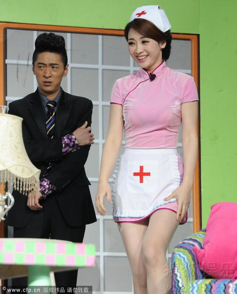【转载】 柳岩录辽卫春晚搭档姜昆 穿小护士制服演小品