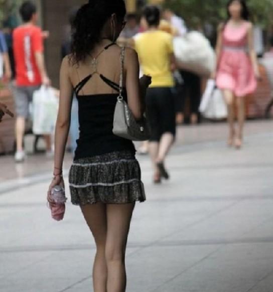 夏日街拍+穿超短裙露长腿的美女们5302272 女