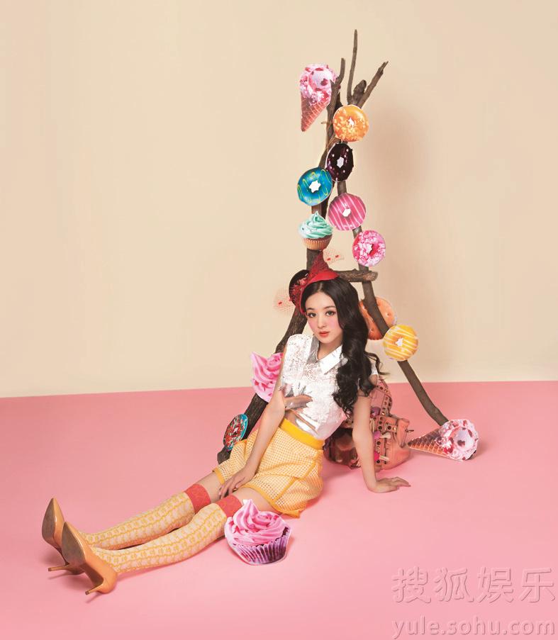 赵丽颖登杂志封面 糖果系大片俏皮可爱
