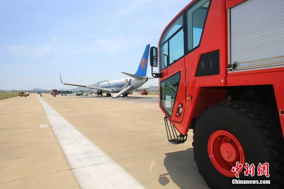 7月3日,从广州飞往曼谷的CZ3081航班,在起飞后不久发现有一发动机火警灯亮,为确保飞行安全,机组立即启动应急处置程序决定就近备降三亚机场,于14:10安全降落。机组按照手册规定,严格执行紧急撤离程序,组织全体旅客从滑梯安全撤离。目前,个别在滑梯撤离过程中轻微擦伤旅客已就医,其他旅客均妥善安置。飞机故障原因仍在调查。飞机随后脱离跑道,三亚机场已重新开放。