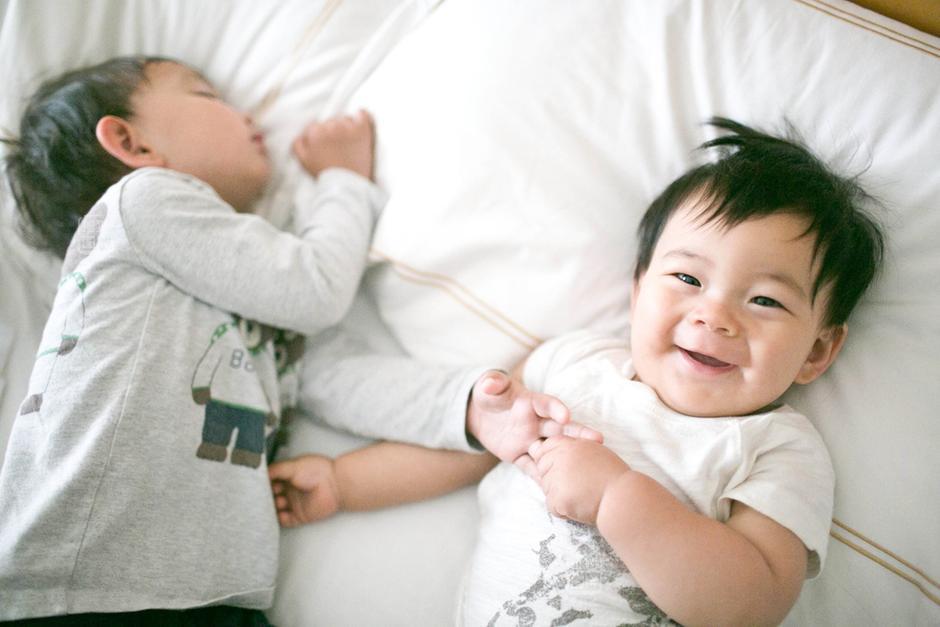 述海,2岁半,述亚,8个月,小宝宝睡醒就会没有来由的笑,每天早上述亚用