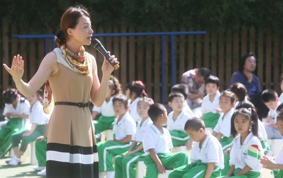 央视主持人董卿周涛与小学生过教师节-v央视频君山楼西小学图片