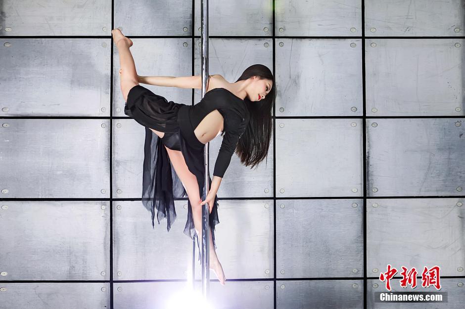 高清:中国钢管舞美女大赛 美女热舞秀性感绝技