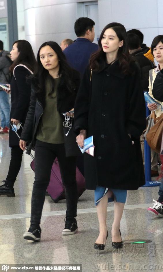 刘诗诗女人味十足 机场被认出大方与粉丝合影
