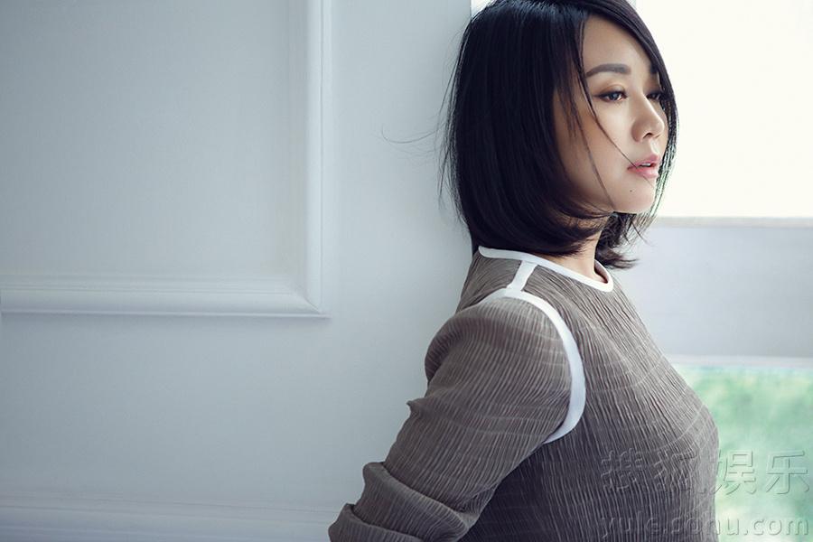 闫妮文艺范写真曝光 纱裙微解小秀性感