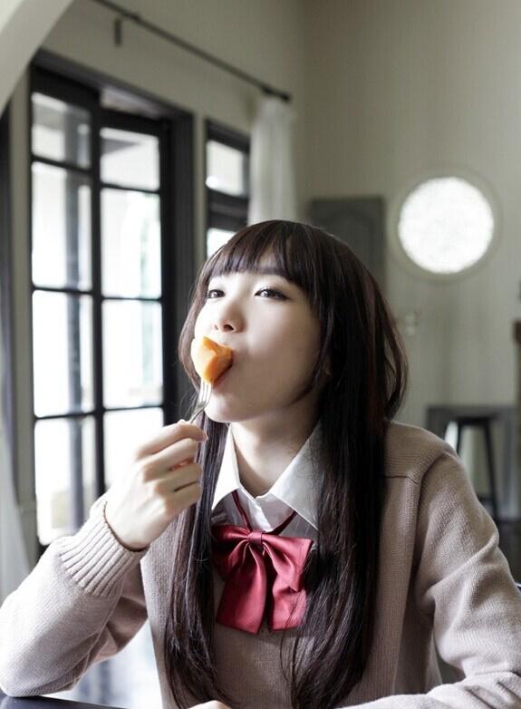日本16岁嫩模饭丰万理江走红 酷似新垣结衣