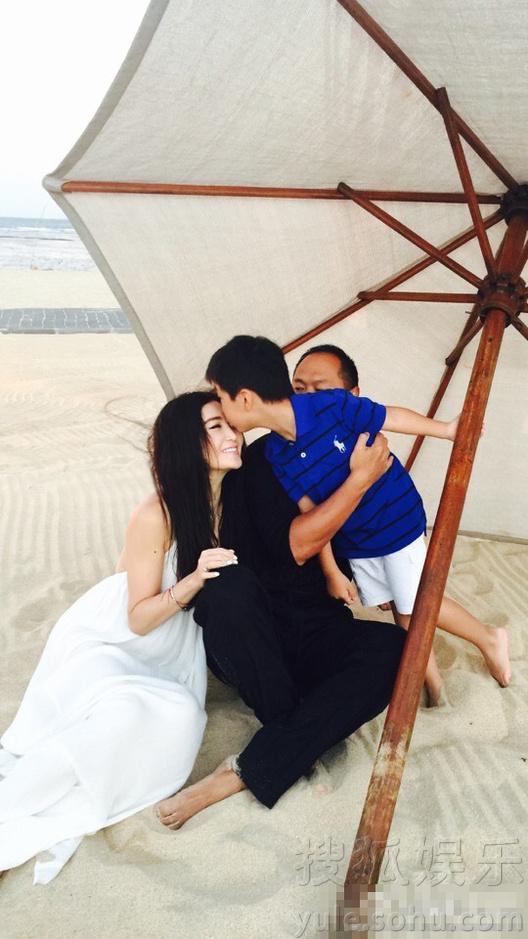 搜狐娱乐讯 8月2日,温碧霞晒出一组海边度假照片,一家三口共享天伦之