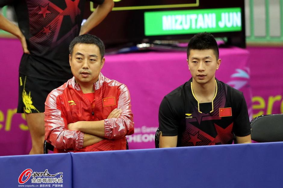 高清图:中国男乒胜日本进决赛 刘国梁激情庆祝