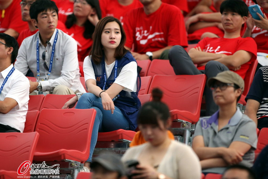 高清图:举重赛场美女记者亮眼