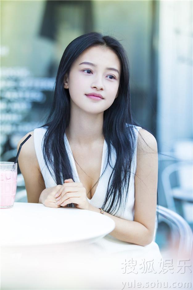 片中孙怡身穿白色连衣裙,清新的气质在街头小店十分抢眼.