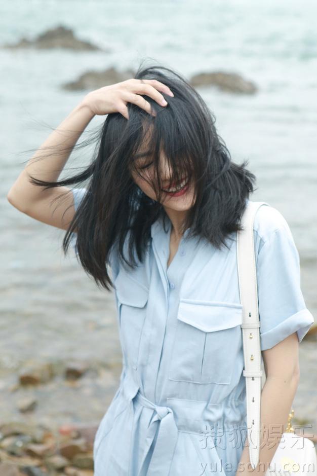 高圆圆海边随拍曝光 秀发飘逸甜笑迷人