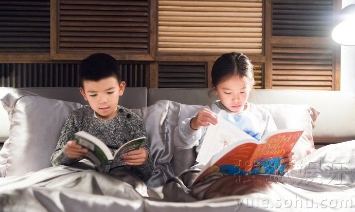 刘涛六一晒儿女合照 姐弟俩读书温馨有爱