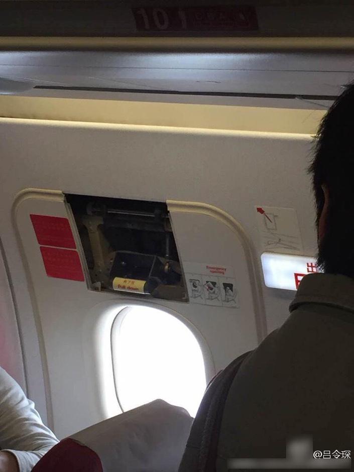 此外,私自拿取飞机专用救生设备,也是违反《中国民用航空法》的行为。飞机上配备的专用救生衣,是预备飞机发生紧急情况于水上迫降时,提供给乘客保命用的,属于一次性使用设备,一旦取出打开即无法再次安装使用。图为被抠下设备的安全门。