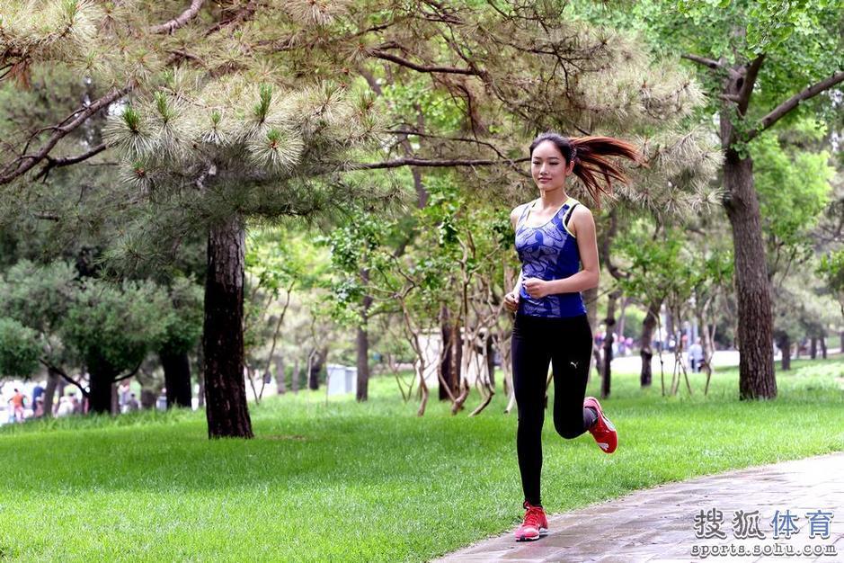 高清:长发美女紧身装慢跑