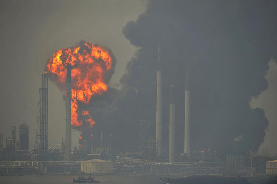 新加坡煉油廠濃煙滾滾火災失控 殼牌計劃關廠(組圖)