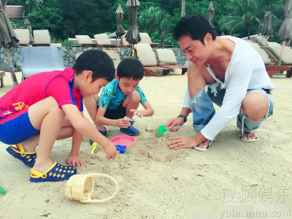 圣诞海滩可爱小孩