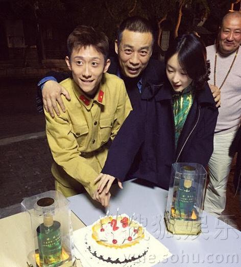 张一山剧组庆祝23岁生日 与周冬雨共切蛋糕