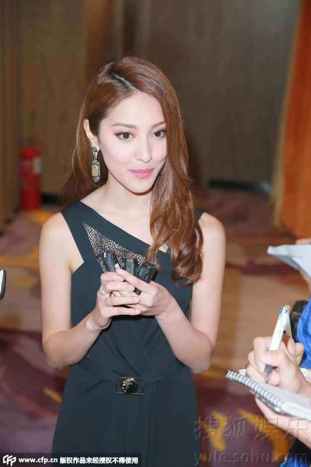 穿上黑色蕾丝晚装的陈凯琳透视事业线性感诱人.