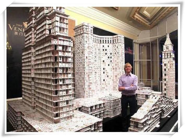 用纸牌复制各地建筑;最高纪录是一座高约7.9米的纸牌摩天楼。布莱恩伯格从未拥有一支属于自己的建筑团队,但作为一名扑克建筑师,他却能为无数的国王及王后搭建寝宫!为叠纸牌,他周游世界,还更搭建出长达21公里的建筑。搭纸牌人人都会,但伯格确实将这些建材运用自如,他自豪地说:纸牌就是我的建筑艺术。