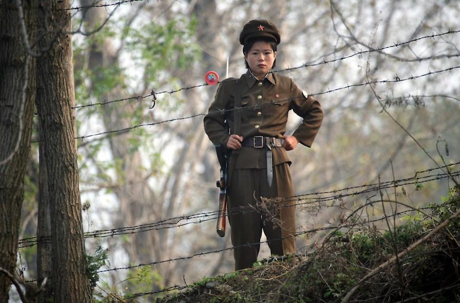兵激动簇拥 朝鲜女兵真实生活6012092 女人频