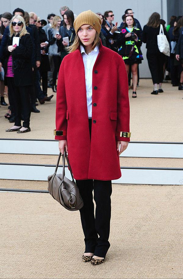 欧美街拍中的酒红色大衣运用
