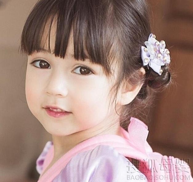 近年来,不少小萝莉们在网络走红。近期,又有一位来自泰国的混血萝莉因可爱超萌的长相在网络走红。据了解,这名超萌的小女孩是一位泰美混血小萝莉名叫JiradaMoran,中文译名拉达莫兰,年仅5岁的她还有一个哥哥名叫Justin。 2014年,两人一同成为2014年十大童星之一。据了解,虽然年仅5岁,但JiradaMoran已经为多个广告代言,还拍过宣传片。除了广告之外,能歌善舞的她还参演了多部电视剧的拍摄,在泰国人气暴涨,受到众多观众的喜爱。