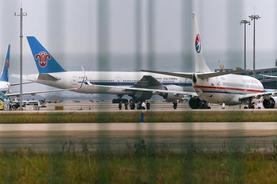 南航东航飞机在机场发生碰撞事故