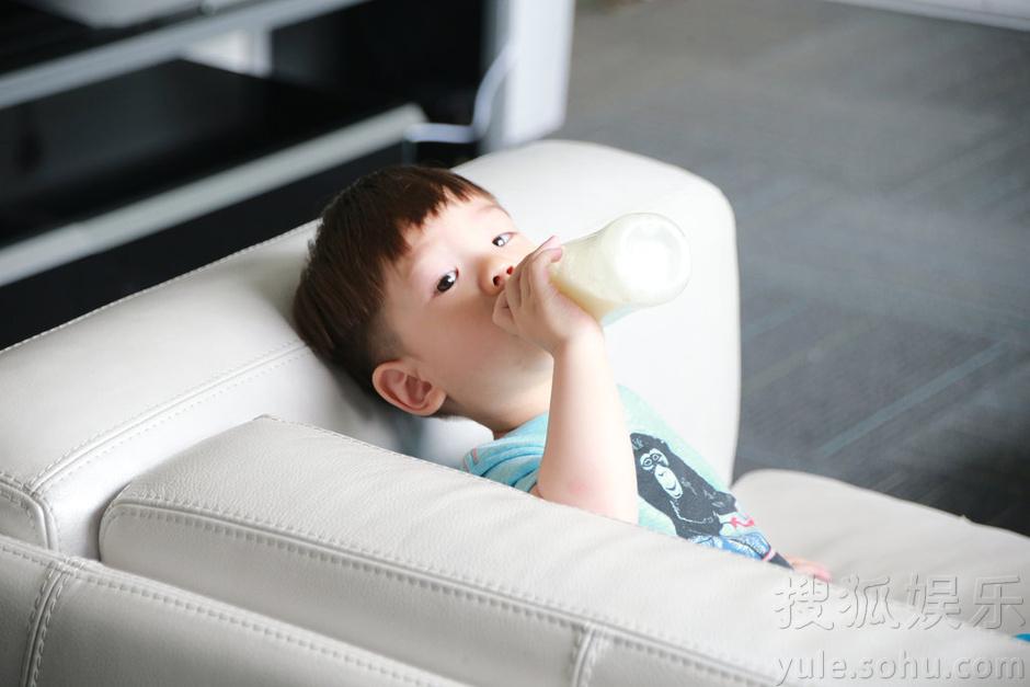 搜狐娱乐讯 演员杜江六一儿童节凌晨晒出儿子嗯哼爆萌喝奶照,引发网友疯狂祝福,高呼嗯哼大王为新一代小萌神。杜江透露今天父子两将在爸爸回来了的录制中度过。杜江表示即便没有妈妈(霍思燕)的陪伴,也一定会给嗯哼一个快乐的六一儿童节。