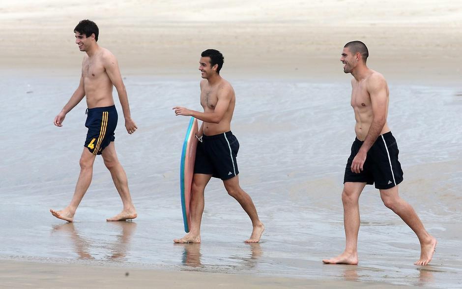 高清:西班牙队海滩游泳粉丝追逐 t9马塔水中抱