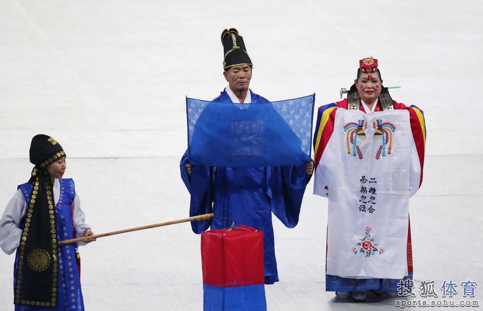 高清图:亚运开幕式热场表演 性感美女露脐热舞