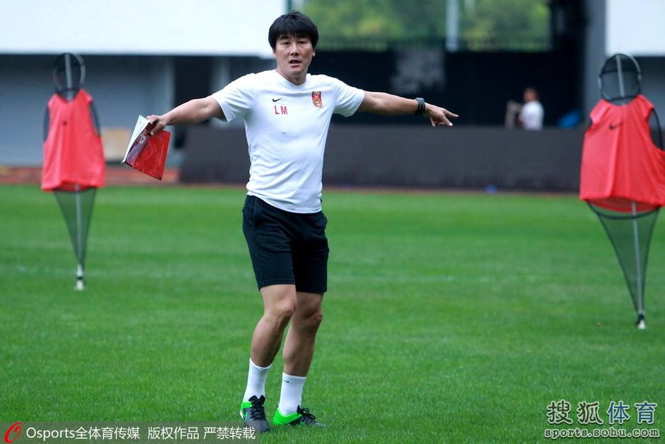 中国国青队备战2015年青岛国际青年足球锦标赛,主教练李明激情指挥手