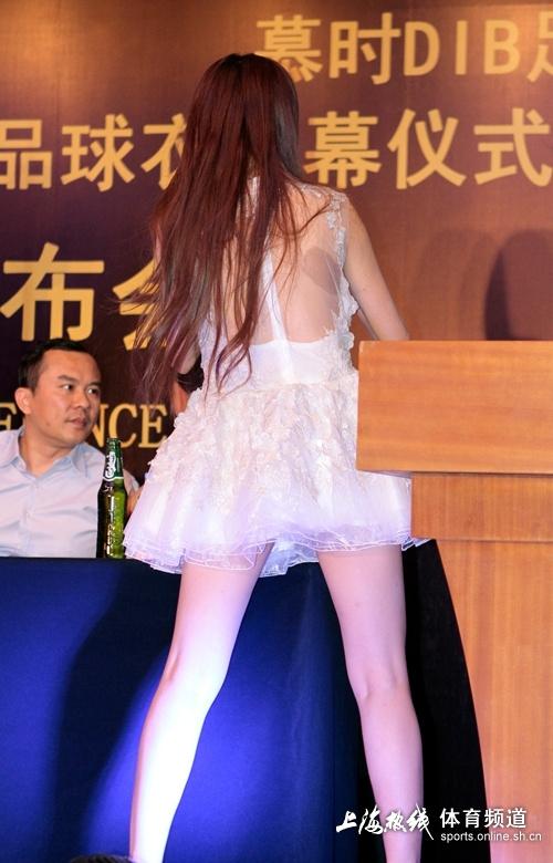 高清:美女主持薄纱露背装亮相