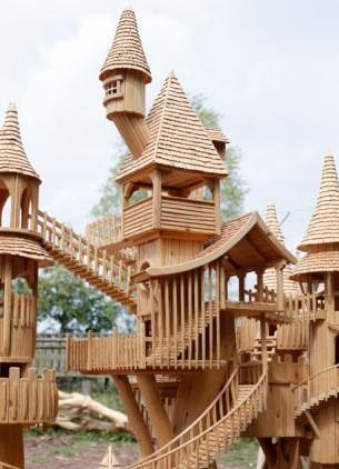 英国男子手工雕刻精美房屋模型