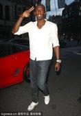 当地时间2012年8月11日,伦敦,博尔特夜店庆功,心情大好pose不断。更多奥运视频>> 更多奥运...