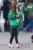 国安铁杆工体助威亚冠 长发女球迷靓丽抢镜(图)