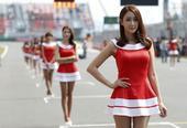高清:韩国车模亮相F1韩国站 红衣短裙美腿修长