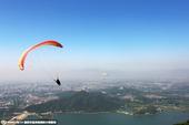 高清:白领周末玩滑翔伞减压 浩瀚天空自由飞翔