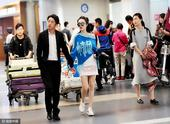 2017年4月17日,上海,邹市明夫妇现身上海虹桥机场,二人举止亲密大秀恩爱。