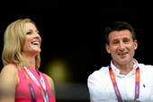 北京时间2012年7月27日,伦敦奥申委主席塞巴斯蒂安-科与BBC美女主持盖比・罗根谈论开幕式准备情...