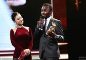搜狐娱乐讯 第18届上海电影节最佳影片由法国、比利时合拍片《守夜》获得。法国女影星苏菲-玛索作为颁奖...