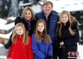 高清图:荷兰王室成员滑雪度假 三公主美貌抢镜